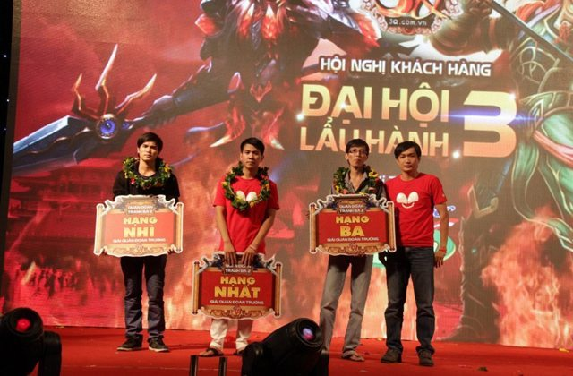 Trao giải cho ba đội tuyển giành vị trí cao nhất tại Củ Hành Vô Song