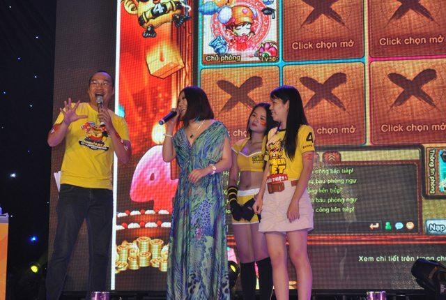 Giao lưu cùng một thành viên nữ của đội tuyển Trung Quốc