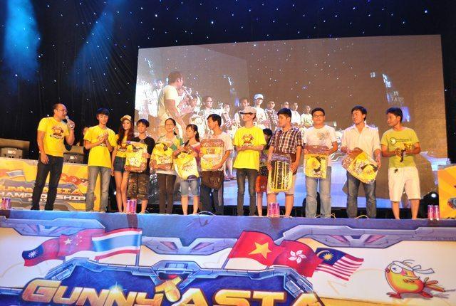 Hoàng Nam và Xie Yun trao giải cho các thành viên may mắn