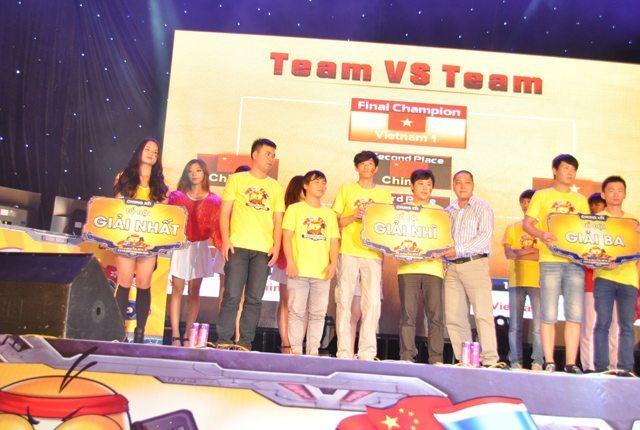 Đại diện VNG trao giải cho các đội tuyển thi đấu ở nội dung tổ đội