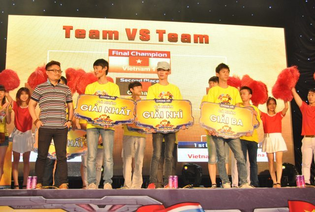 Đại diện 7Road trao giải cho các đội tuyển thi đấu ở nội dung cá nhân