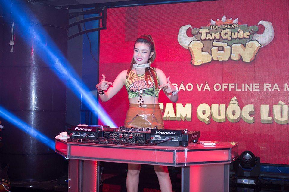 Nữ DJ xinh đẹp hâm nóng không khí buổi offline với những giai điệu sôi động