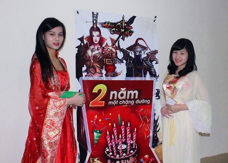 Hai người đẹp chào đón người chơi Độc Cô Cửu Kiếm tại Hà Nội