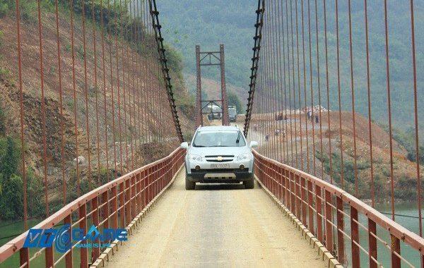 Bề ngang cây cầu duy nhất dẫn vào xã chỉ vừa một chiếc xe nhỏ