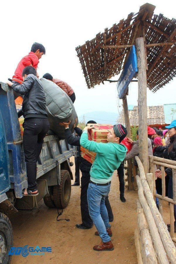 Nhanh chóng dỡ quà từ xe tải chuyển qua cổng trưởng được làm tạm bợ
