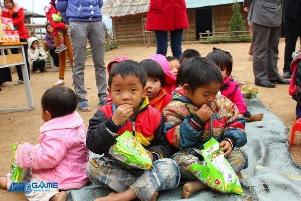 Các em nhỏ xã Nậm Pì đón niềm vui đầu năm mới