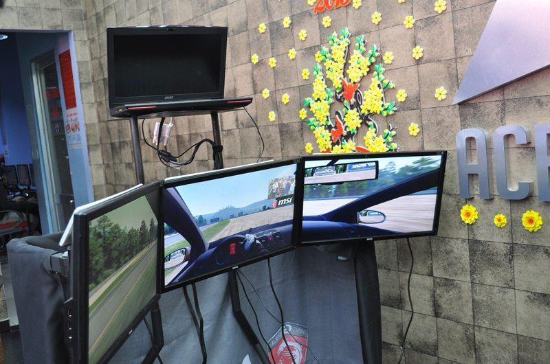 Trải nghiệm game đua xe với ba màn hình lớn
