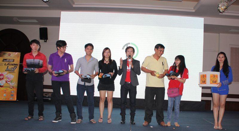 Các game thủ may mắn nhận quà từ nhà tài trợ Tân Doanh