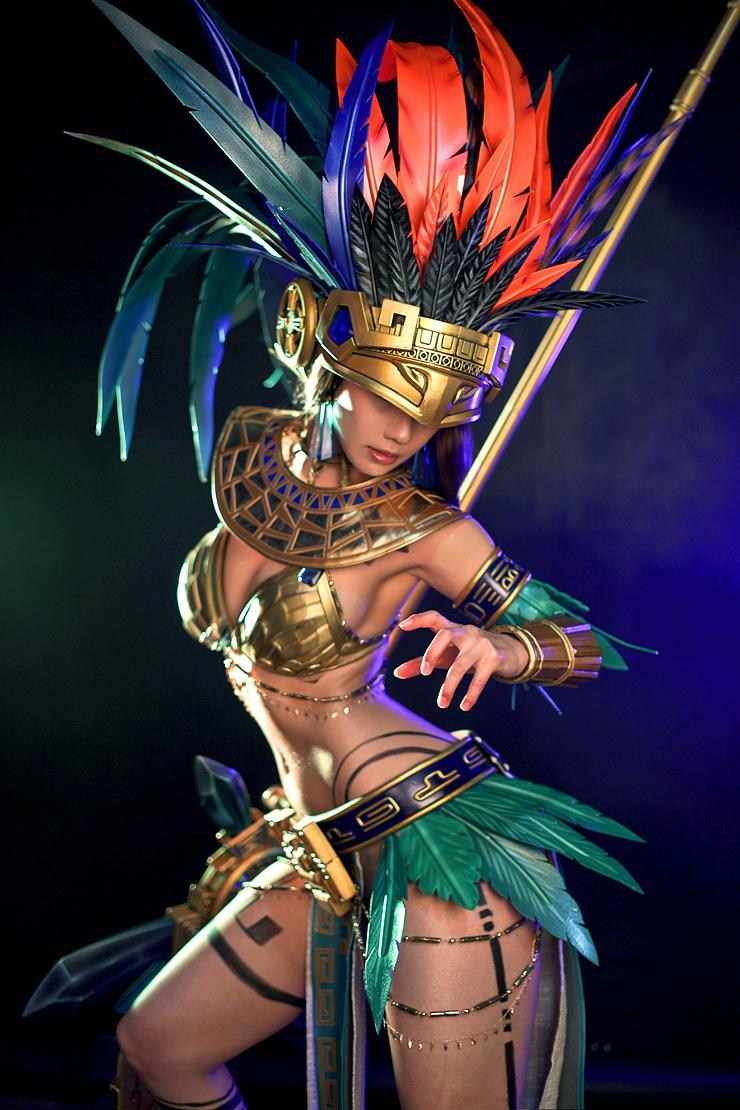 Tasha quyến rũ với cosplay nữ chiến binh Aztec