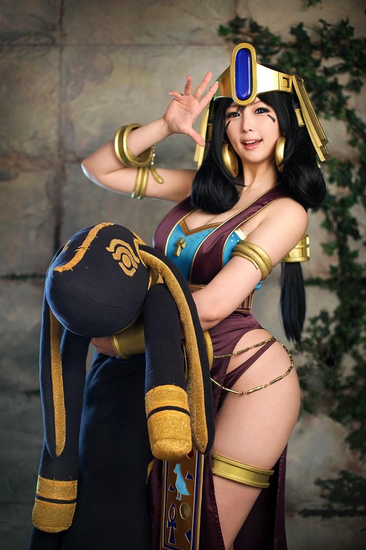 Chảy máu mũi với cosplay nữ hoàng Ai Cập phiên bản Doremi