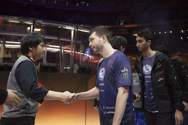 EG và CDEC bắt tay nhau tại TI5 © Valve
