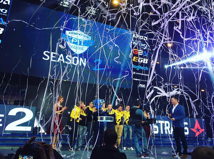 Natus Vincere nâng cúp vô địch Counter Pit League Season 2. Ảnh: Counter Pit.
