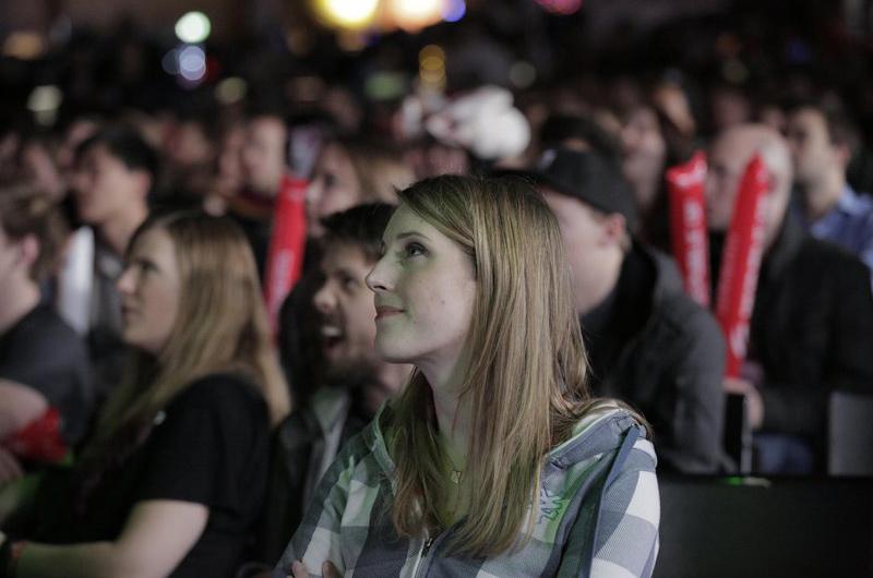 Sheever thưởng thức các trận đấu Dota 2 cùng hán giả. © GameSports.de – Karina Ziminaite