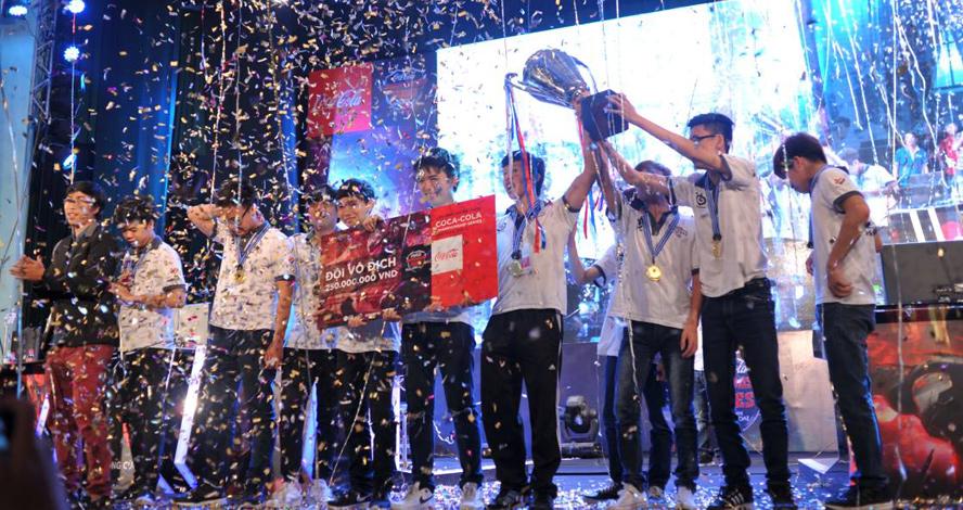 Các thành viên của Saigon Jokers nâng cao cúp vô địch CCCS Mùa Xuân 2016.