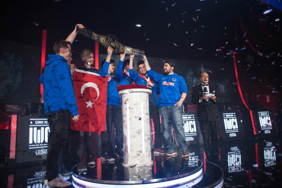 SuperMassive eSports nâng cúp vô địch IWCI 2016