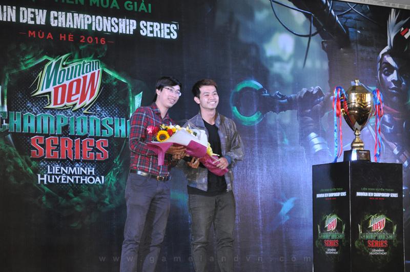 Đại diện Vietnam Esports tặng hoa cho ông Tùng Lâm.