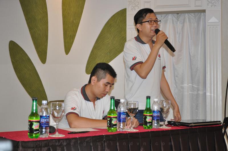 Ông Nguyễn Trần Sơn, đại diện BTC Mountain Dew Championship Series Mùa Hè 2016 trả lời thắc mắc từ các đội tuyển và giới truyền thông