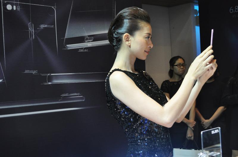 Ngô Thanh Vân tại khu vực trải nghiệm sản phẩm mới dành cho giới truyền thông