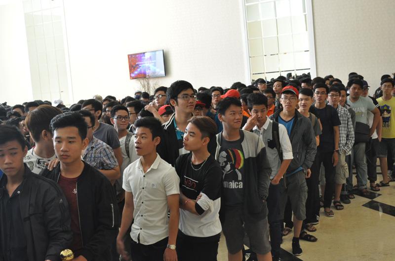 Các bạn trẻ xếp hàng tham gia sự kiện.