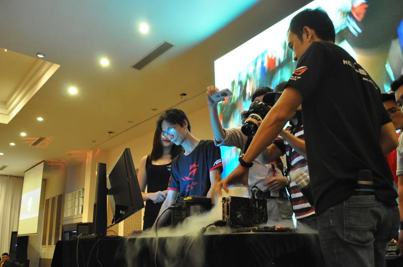 Anh Nguyễn Đình Bản và Kiệt Nguyệt thực hiện ép xung phá kỉ lục thế giới.