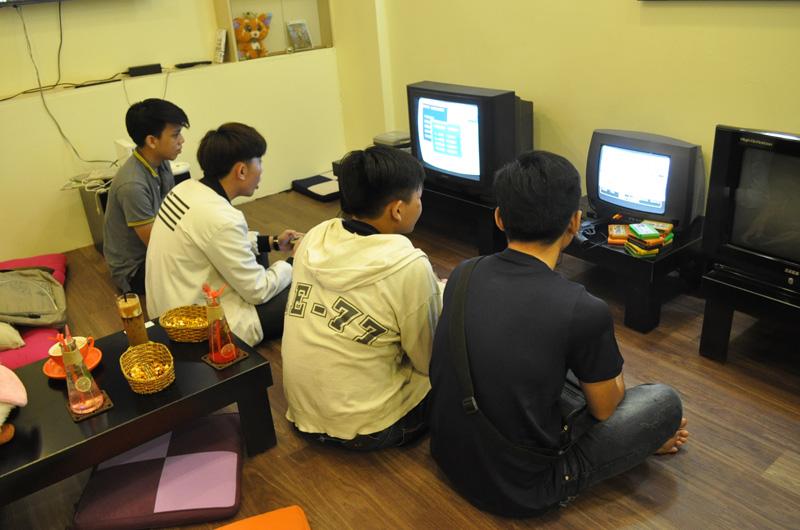 Các bạn trẻ thưởng thức game trong ngày khai trương E House.