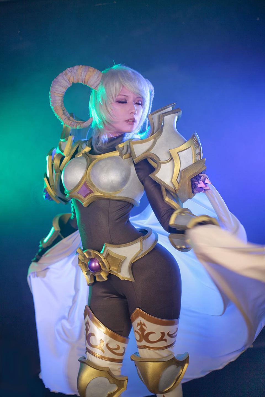 Tasha quyến rũ với cosplay Yrel trong World of Warcraft