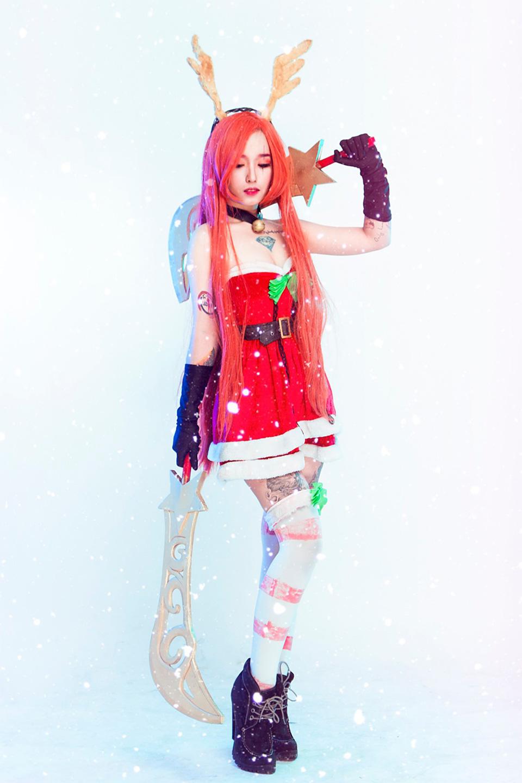 Tippy tung cosplay Katarina Cô Nàng Tuần Lộc cạnh tranh với Misthy