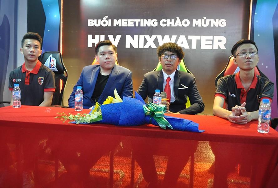 Nixwater (thứ hai từ phải sang) tại buổi ra mắt đội hình mới của eHub United