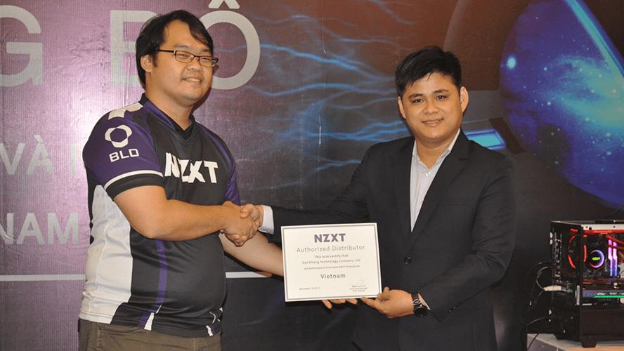 Đại diện NZXT trao chứng nhận nhà phân phối chính thức cho Đạt Khang.