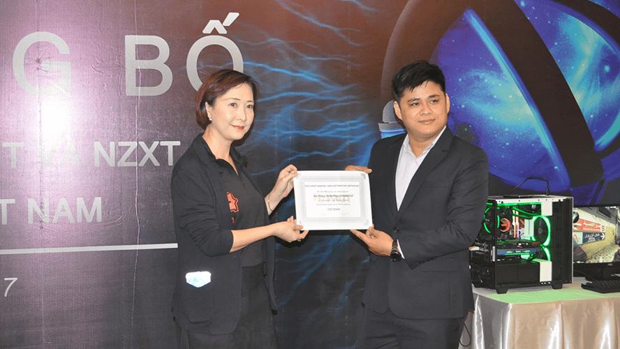Đại diện Palit trao chứng nhận phân phối độc quyền cho Đạt Khang.