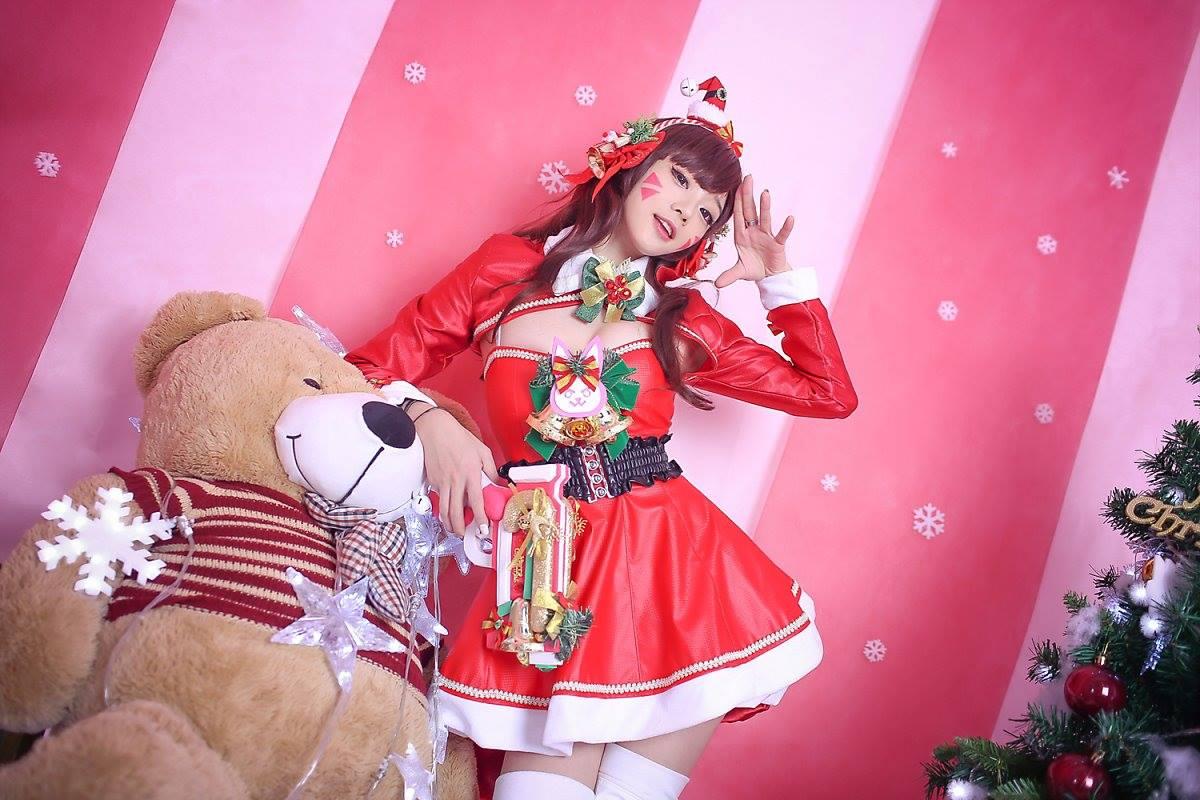 Aza Miyuko khoe vòng một với cosplay D.Va Giáng sinh - Hình ảnh 1