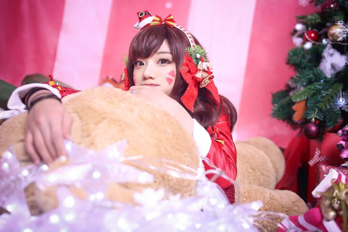 Aza Miyuko khoe vòng một với cosplay D.Va Giáng sinh - Hình ảnh 9