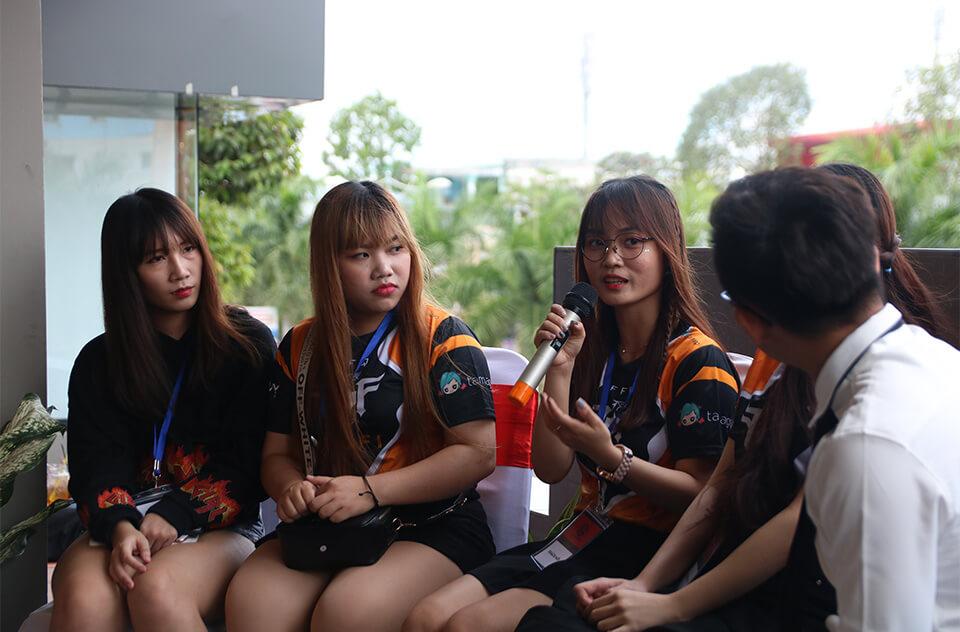 Giao lưu cùng các thành viên nữ đội tuyển FFQ Lofi.