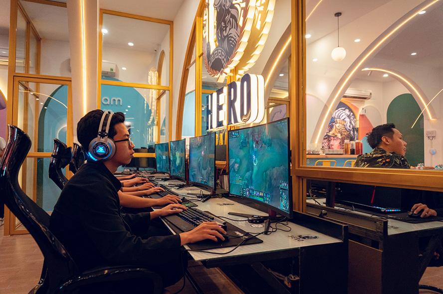 Game thủ chơi Liên Minh Huyền Thoại tại HERO Esports Center Coffee Lounge
